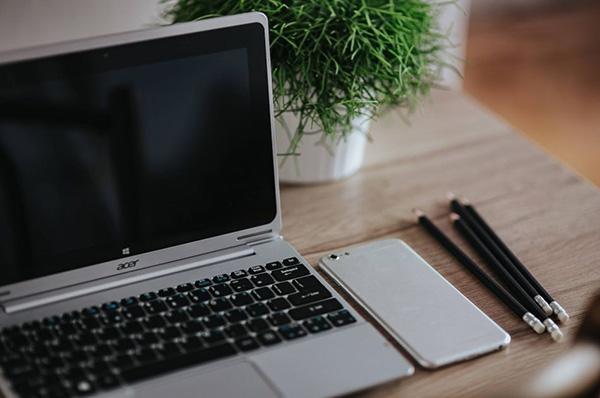 1bb39a437dde Ilyenkor nyáron (akár volt tisztítva a laptop, akár nem) érdemesebb  asztalon tartani a géped.